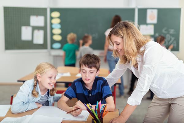 professeur qui aide des élèves