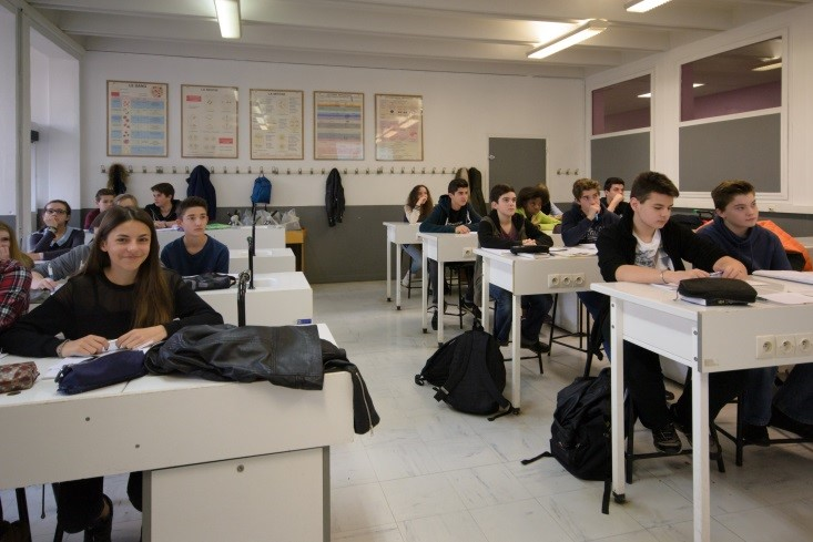 élèves en cours de science