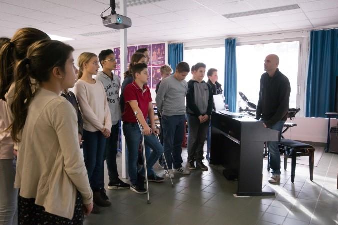 élèves en cours de chant