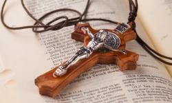 image d'une croix sur la bible